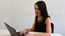 Andrea Dohman am Laptop