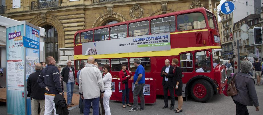 Ein Bus dient als Lernort für das Lernendenfestival