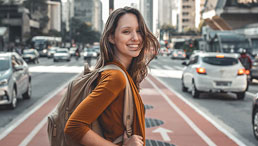 Lachende junge Frau auf Straße
