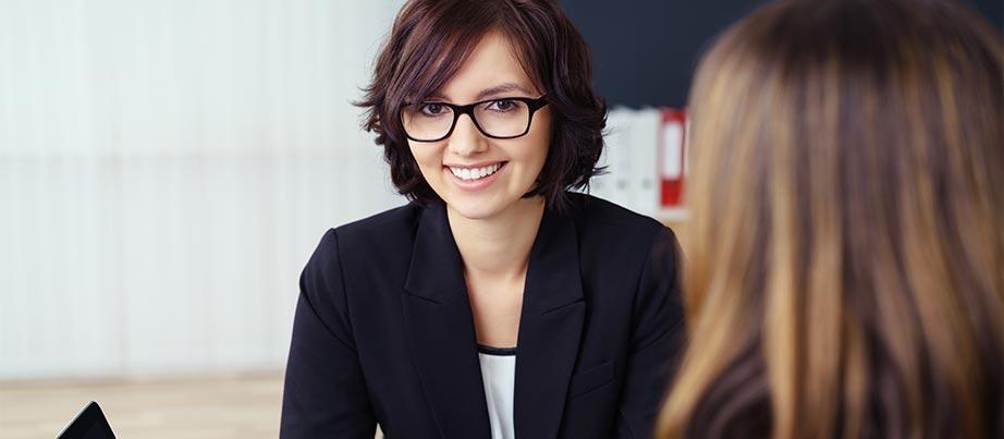 Zwei Frauen im Beratungsgespräch