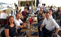 Mehrere Personen essen gemeinsam in Frankreich