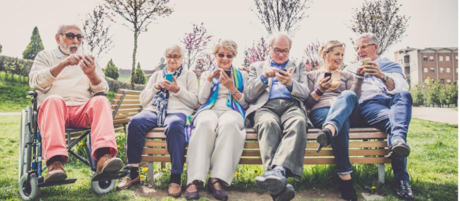 Ältere Menschen mit Smartphone im Freien