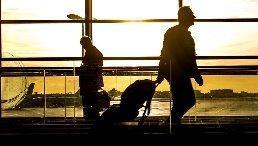 Personen in einem Flughafen