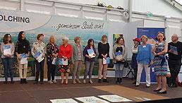 Gruppenfoto mit Teilnehmenden, die das Dokument des Europass in den Händen halten