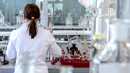 Auszubildende mit Kittel im Labor