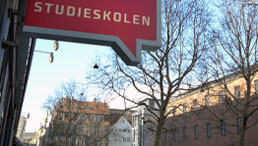 Schild der Sprachschule Studieskolen
