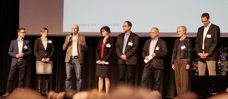 Drei Frauen und fünf Männer bilden den Nutzerbeirat der NA beim BIBB für das Programm Erasmus+, hier auf der Jahrestagung 2019 auf dem Podium.