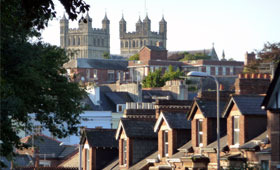 Reihenhäuser mit einer Kathedrale im Hintergrund