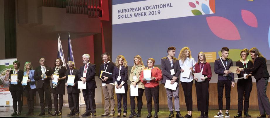 Gruppenbild der Projektteilnehmenden auf einer Bühne