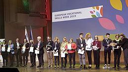 Die Projektteilnehmenden bei der Preisverleihung auf der Bühne