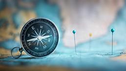 Kompass liegt auf einer Landkarte