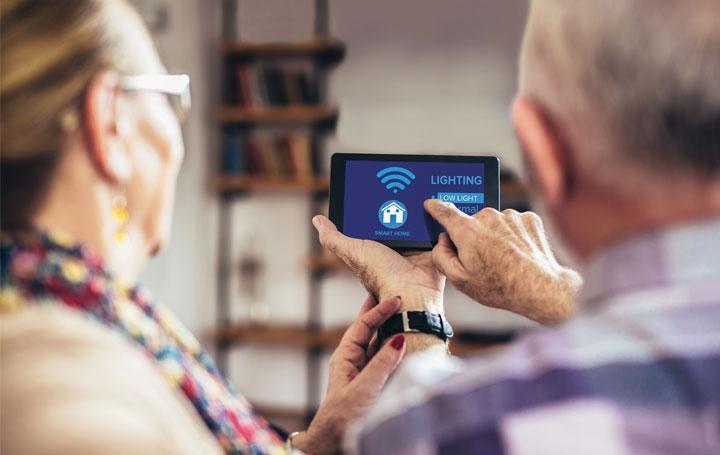 Seniorin und Senior mit Smartphone
