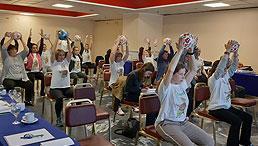 Teilnehmende am Erasmus+-Projekt Actimentia beim Turnen mit einen Ball