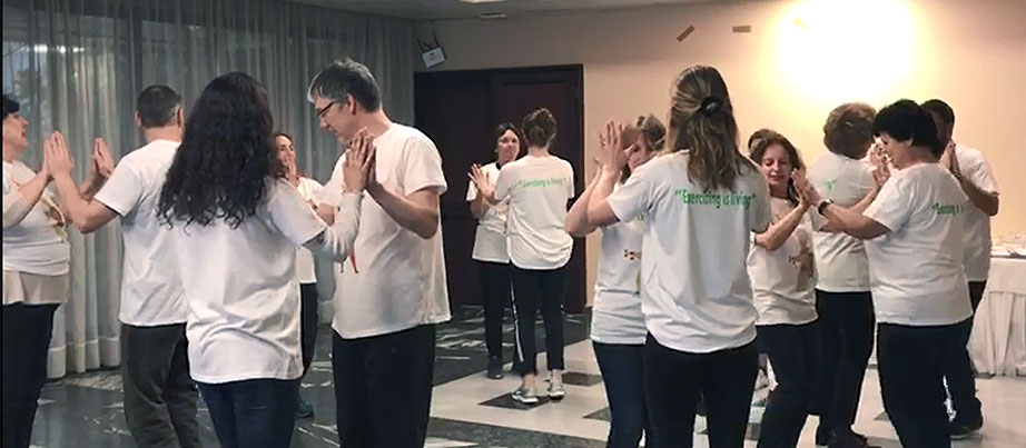 Teilnehmende und Angehörige beim Tanzen im Rahmen des Erasmus+-Projekts Actimentia