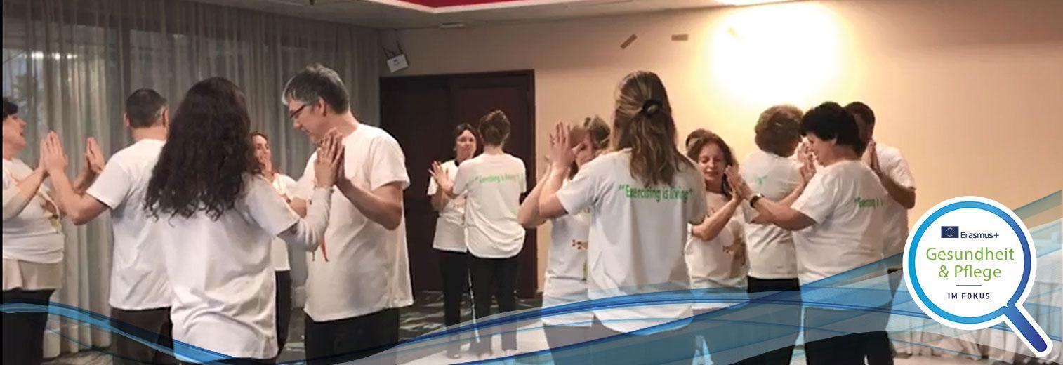 Teilnehmende am Erasmus+-Projekt bei den Tanzübungen