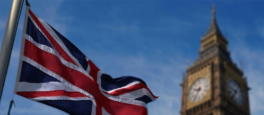 Flagge und Big Ben vor blauem Himmel