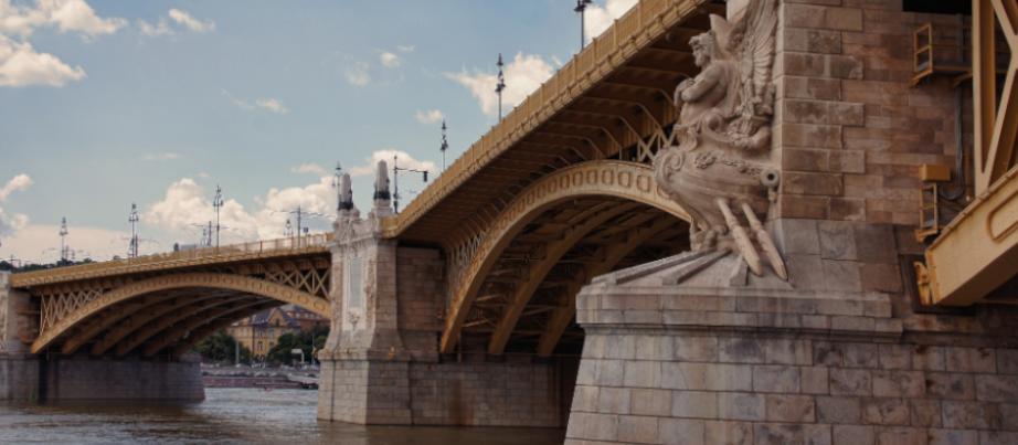 Steinerne Brücke über der Donau