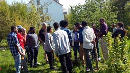 Gruppe diverser Menschen im Garten
