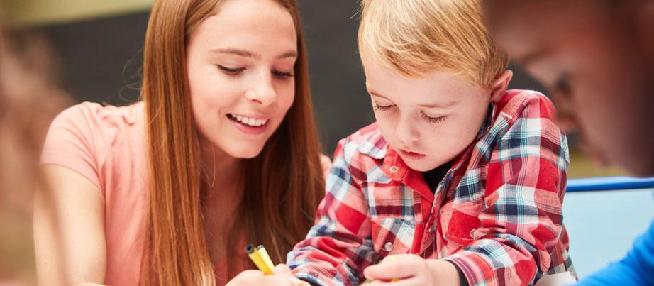 Erzieherin malt mit Kindern