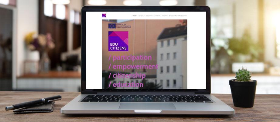 PC mit Startseite der Projektwebsite