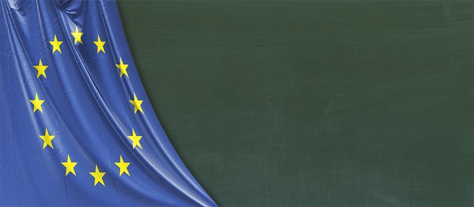 EU-Flagge vor einer Tafel