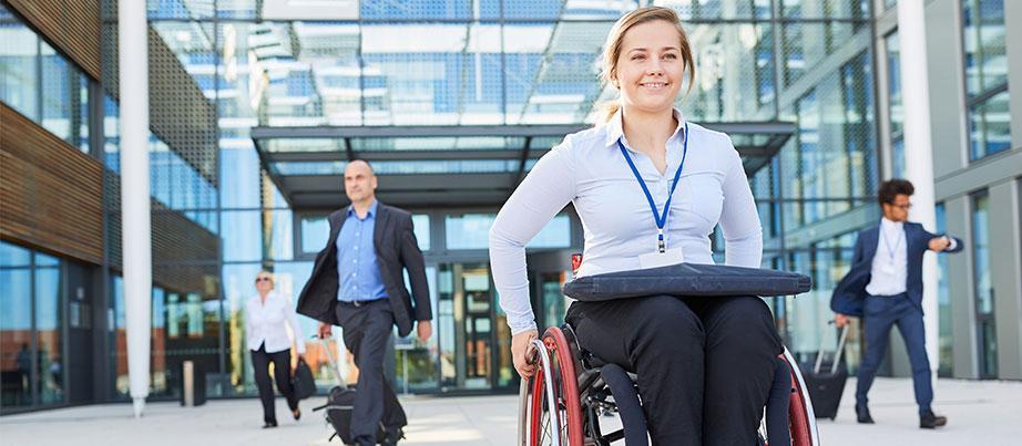 Erfolgreiche Frau im Rollstuhl