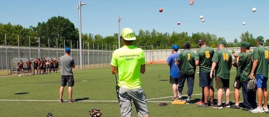 Jugendliche beim Soft- und Baseballspiel