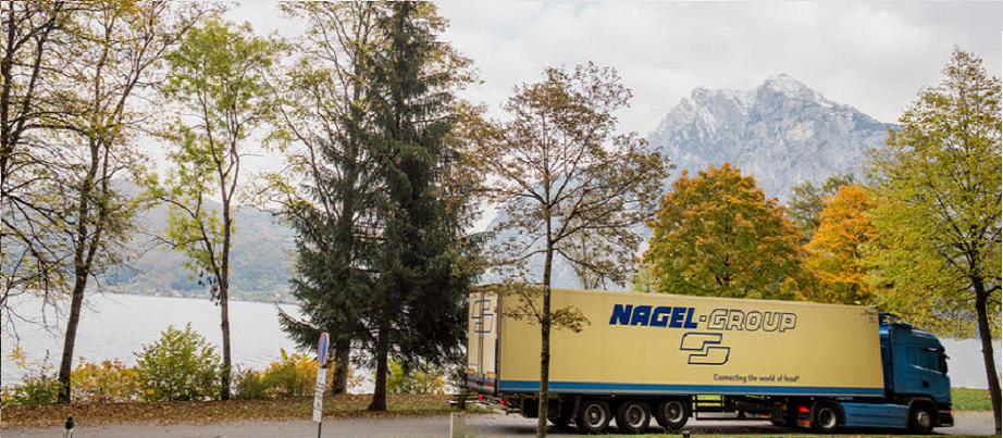 LKW des Unternehmens fährt durch Österreich