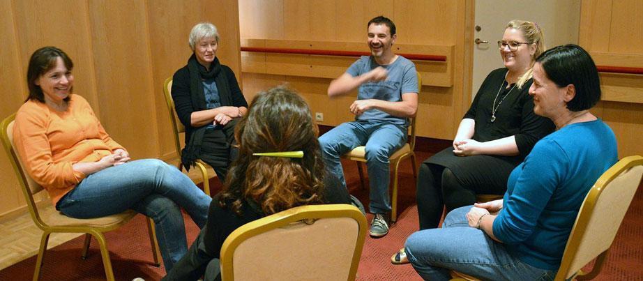 Erasmus+-Teilnehmende im Stuhlkreis